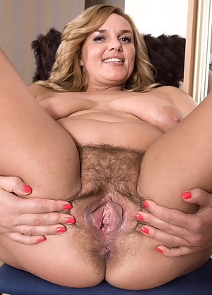 Open spread alte wide pussy mature